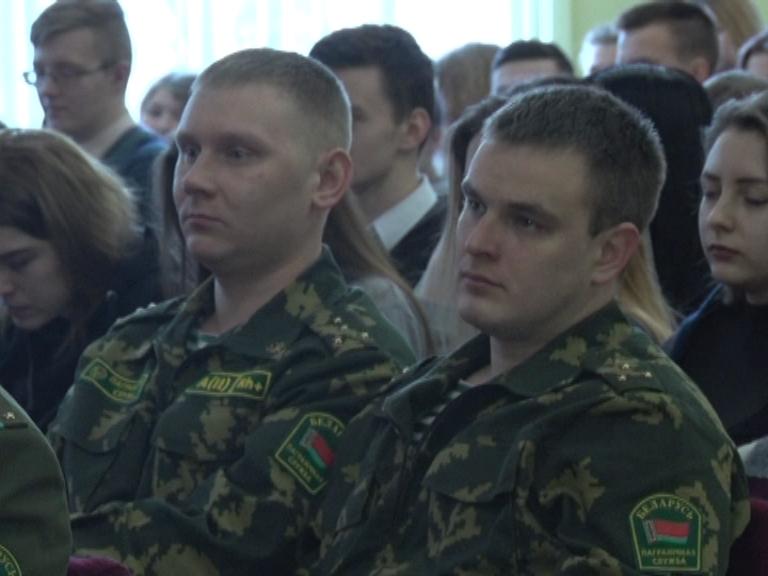 Может, в военные пойти?! В Лиде старшеклассников пригласили на встречу с представителями военных вузов и военных факультетов гражданских.