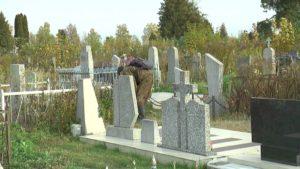 Лидчане наводят порядок на городских кладбищах
