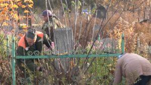 В субботу прихожане снова наводили порядок на кладбище по улице Варшавской