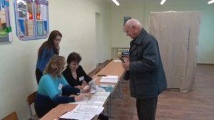 В период досрочного голосования на избирательные участки идут люди разных поколений