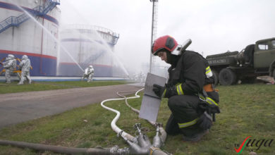 Спасатели ликвидировали пожар на «Лакокраске». В Лиде прошло учение работников МЧС.
