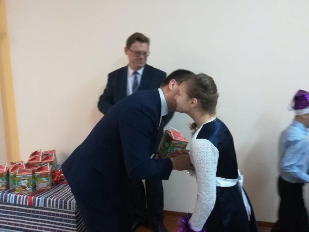 Поздравление от заместителя министра образования Александра Кадлубая принимали сегодня воспитанники Лидского детского социального приюта.