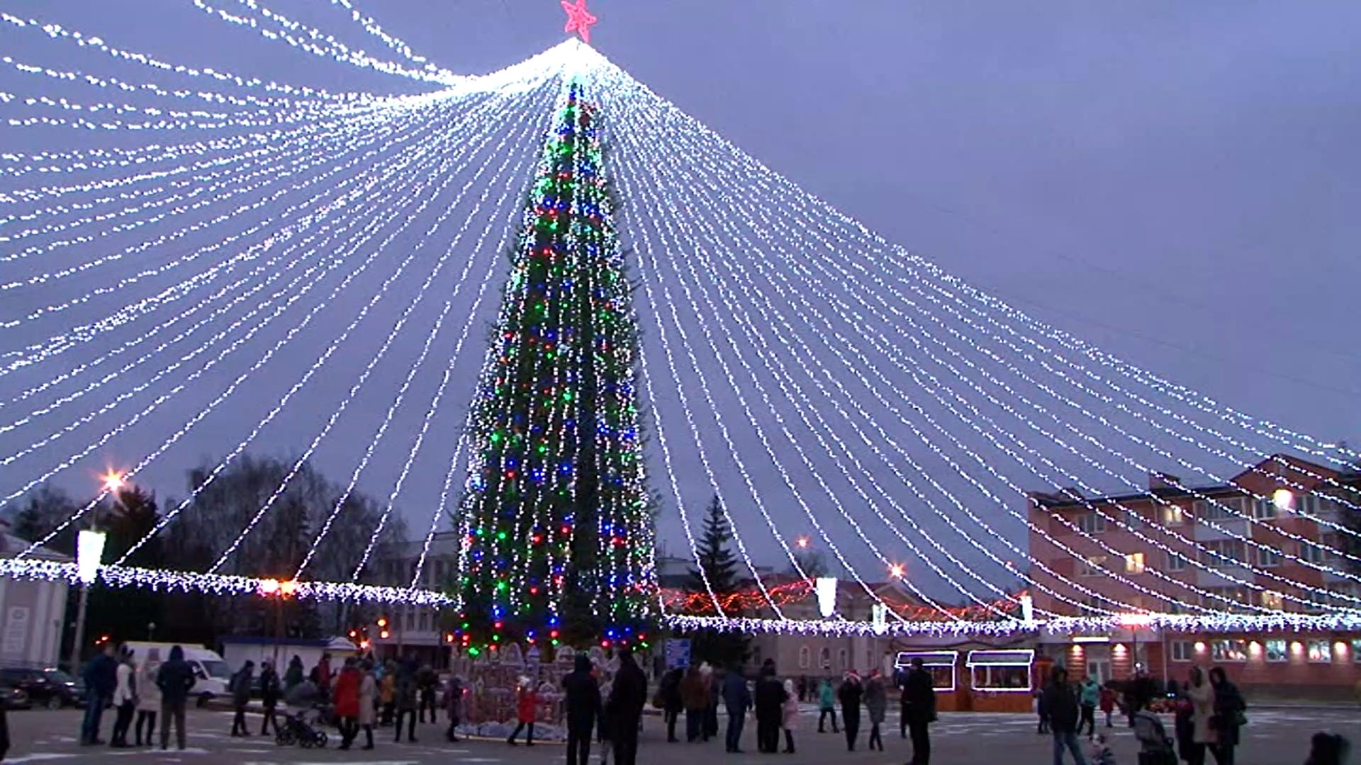 В новогоднюю ночь в Лиде у главной елки, на площади по улице Советской, будет организована шоу-программа.