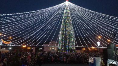 В Лиде зажгли праздничную иллюминацию и дали старт рождественским и новогодним мероприятиям в регионе.