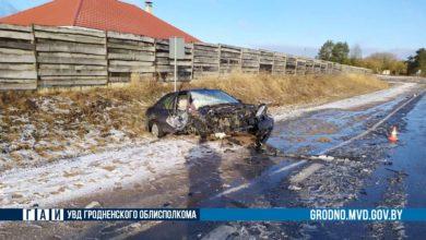 После ДТП в Лидском районе два автомобиля оказались в кювете.