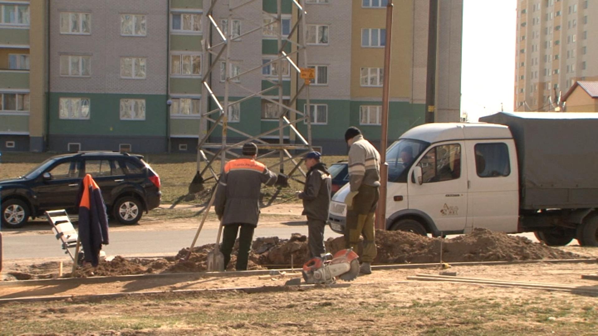 Лидские коммунальщики  ведут работы по благоустройству  города.