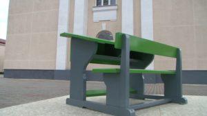 Скульптура в виде парты установлена у первой лидской школы