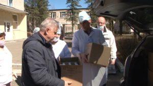 Работники магазина «Дом торговли» передали коллективу больницы «Островля» дезинфицирующие средства
