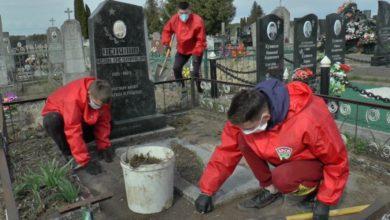 Photo of В Лиде представители ветеранской организации и БРСМовцы приводят в порядок могилы ветеранов