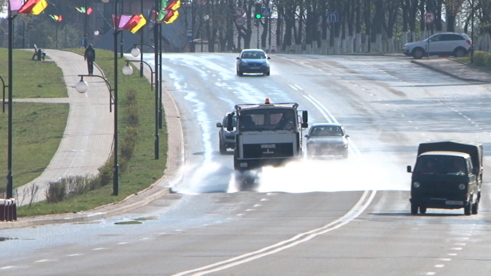 В Лиде дезинфицируются улицы и тротуары.