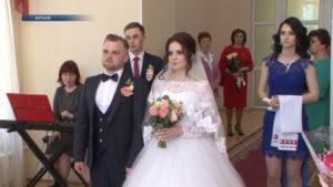 В ЗАГСе на торжественной регистрации брака сейчас могут присутствовать не более десяти человек