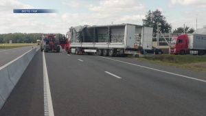 На трассе М6 в результате водительской ошибки автомобиль «Ман» съехал в кювет и опрокинулся