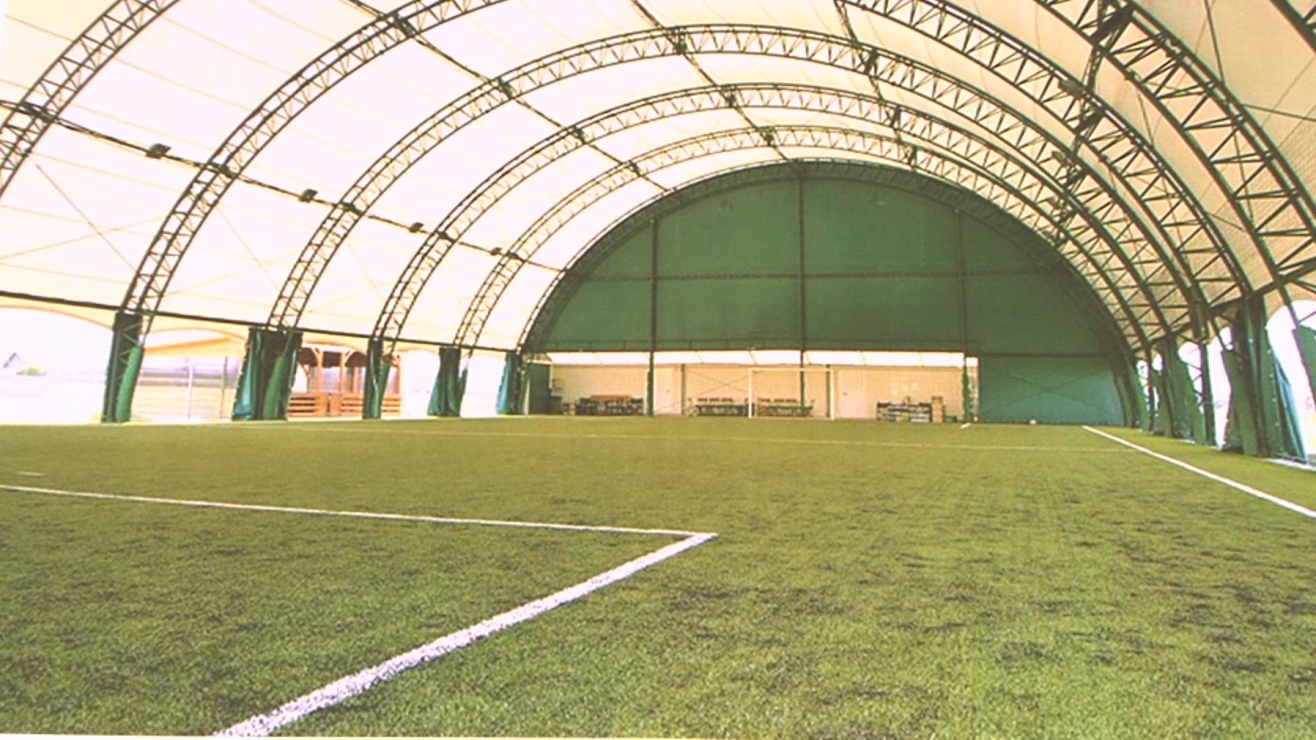 В Лиде начался монтаж каркаса крытой площадки для игры в мини-футбол.