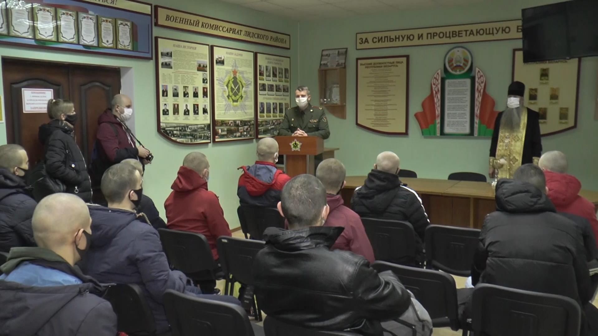 В Беларуси идут отправки призывников в армию.