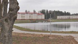В Березовке у городского озера завершается монтаж системы наружного освещения