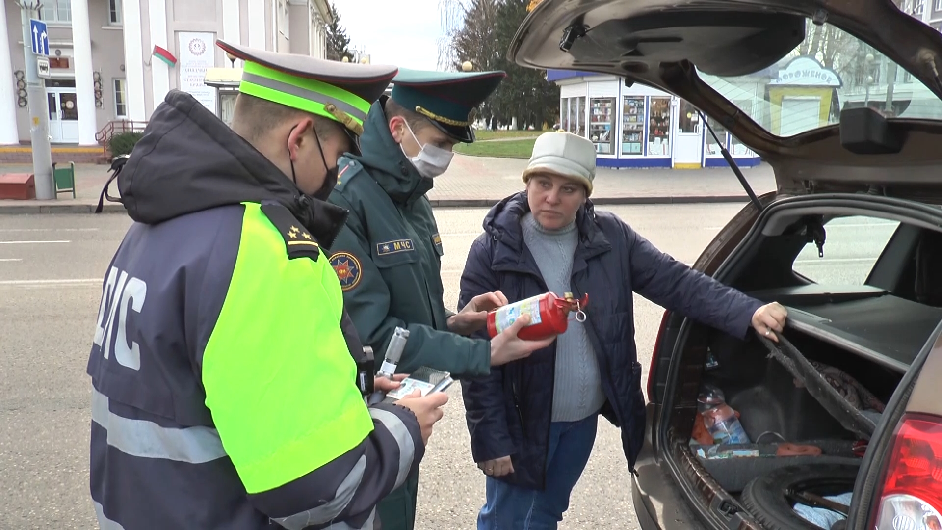 Работники Лидского РОЧС совместно с инспектором дорожно-патрульной службы Госавтоинспекции провели рейд среди водителей на улицах нашего города.