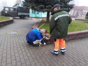 Работники ДЭПа Лидского ЖКХ сегодня восстанавливали накрывочные плиты парапета у кинотеатра «Юбилейный»