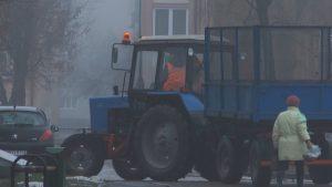 Со снегом и гололедицей в Лиде ведут борьбу работники дорожно-эксплуатационного производства