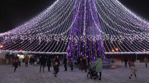 Сегодня на главной праздничной площадке Лиды прошел первый «Арт-парад у новогодней елки»