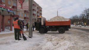 Работники ЖКХ активно занимаются уборкой снега с городских улиц и тротуаров