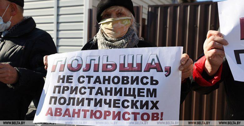 ФОТОРЕПОРТАЖ: Белорусы собрались на пикеты у дипмиссий Польши и Литвы