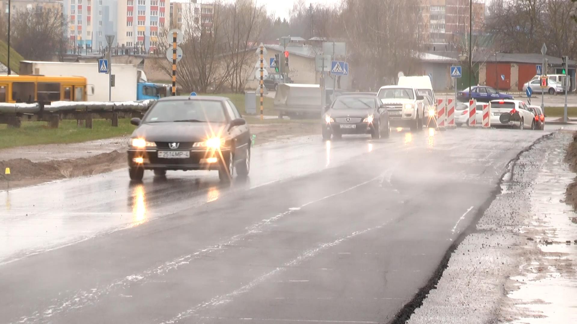 В Лиде начались работы по сплошному асфальтированию наиболее проблемных участков улиц.