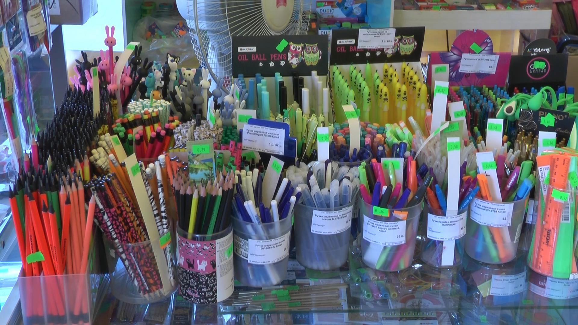 У магазина «Дом торговли» в Лиде продолжает работать школьный базар.