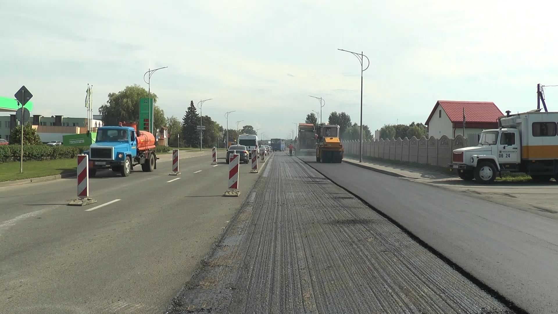 Накануне на проспекте Победы в Лиде (на участке от АЗС «Лиданефтепродукт» до перекрестка у ресторана «Легенда») работали специалисты дорожно-строительного управления № 24